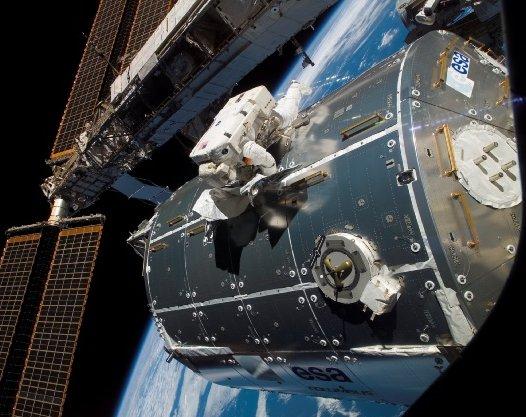 Astronauta ESA - Niemiec Hans Schlegel pracuje przy module Columbus. Zdjęcie z 13 lutego 2008, z misji STS-122 / Credits - NASA