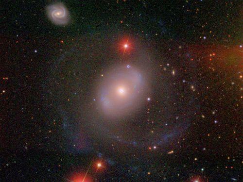 Galaktyka NGC 4151 położona w Gwiazdozbiorze Psów Gończych. Aktywność jej jądra jest znacząca, wpłynęło to na decyzję o badaniach rozbłysków i ich odbić właśnie stamtąd. Credit: David W. Hogg, Michael R. Blanton, and the Sloan Digital Sky Survey Collaboration