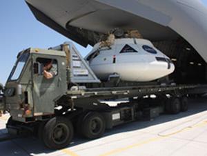 Makieta PTV statku Orion ładowana na pokład samolotu C-17 / Credits: NASA