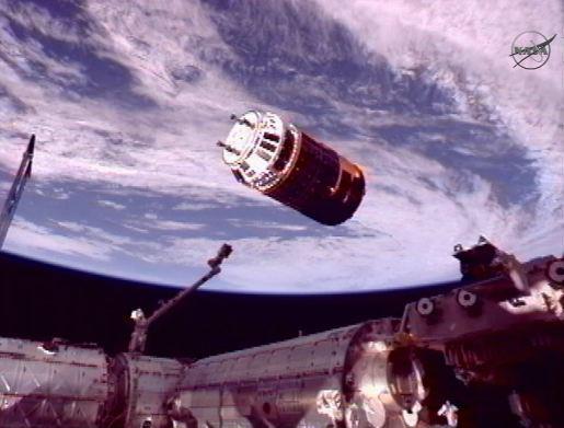 HTV 3 przed pochwyceniem przez manipulator stacji ISS - SSRMS (Space Station Remote Manipulator System) / Credits: NASA