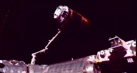 Akihiko Hoshide przy użyciu manipulatora CanadArm 2 (SSRMS) przyłączył HTV 3 do zwróconego ku Ziemi węzła cumowniczego modułu Harmony / Credits: NASA