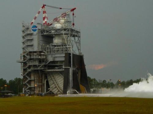 Test systemu napędowego (tzw. powerpacka) silnika J-2X / Credits: NASA/SSC