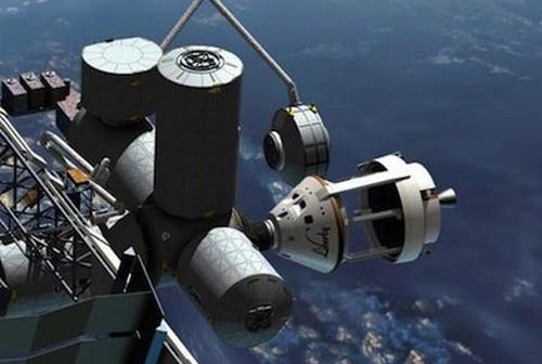 Wizja artystyczna zacumowanego do Międzynarodowej Stacji Kosmicznej statku firmy ATK. Moduł logistyczny LLM, wyposażony we własny port cumowniczy, byłby wyciągany z przedziału ładunkowego za pomocą manipulatora CanadArm2. W czasie pierwszej fazy lotu na orbitę moduł logistyczny LLM, mieszczący się pomiędzy kapsułą (po lewej) a modułem serwisowym (po prawej), byłby odseparowany od środowiska zewnętrznego ściankami, odrzucanymi w późniejszej fazie lotu / Credits: ATK