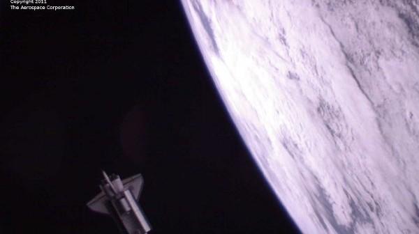 Ostatnie zdjęcie promu kosmicznego Atlantis na orbicie, wykonane przez pikosatelitę PSSC-2, uwolnionego z ładowni promu w dniu 20 lipca 2011 roku / Credits - The Aerospace Corporation