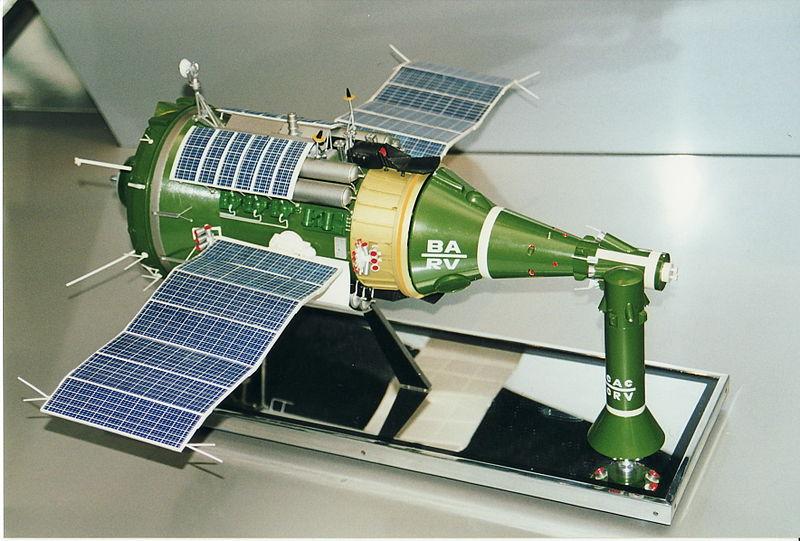 Model statku TKS (kapsuła załogowa znajduje się z prawej) / Źródło: NASA