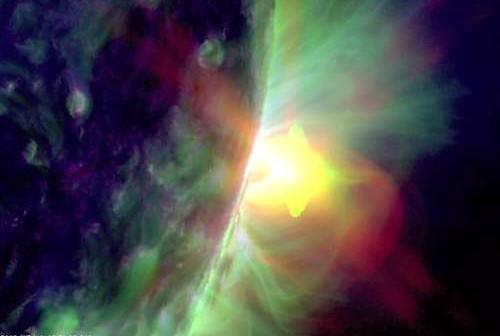 Rozbłysk o sile M7.7 wygenerowany przez grupę 1520 zza widocznej tarczy słonecznej 19 lipca 2012 roku / Credits: SDO, NASA
