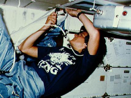Sally prowadzi prace naprawcze na pokładzie Challengera /Credits: NASA