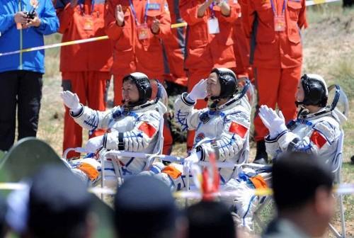 Załoga misji Shenzhou-9 na Ziemi / Credits - CN