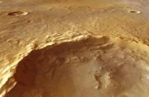 Zdjęcie 25-kilometrowego krateru w rejonie Tyrrhena Terra wykonane za pomocą High Resolution Stereo Camera (HRSC) sondy Mars Express. Duże skupiska uwodnionych krzemianów odkryto na wzgórzach w centrum krateru, na jego ścianach oraz wokół jego brzegów. (Credits: Mars Express HRSC, ESA/DLR/FU Berlin (G. Neukum); NASA/MOLA Science Team; D. Loizeau et al.)
