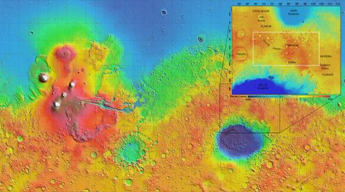 Region Tyrrhena Terra z dokładnym umiejscowieniem na mapie topograficznej Marsa. Wyżyna znajduje się między dwoma znaczącymi obniżeniami terenu – Hellas Planitia i Isidis Planitia. To właśnie na tym obszarze, w 175 miejscach, odkryto uwodnione krzemiany świadczące o obecności pokładów podpowierzchniowej wody w przeszłości. (Credits: NASA/MOLA Science Team /D. Loizeau et al.)
