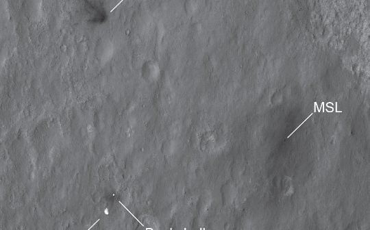 Łazik MSL okiem sondy MRO, po lądowaniu na Marsie / Credits - NASA, JPL, MRO, HiRISE
