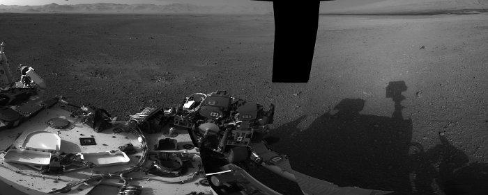 Fragment mozaiki wykonanej przez kamery nawigacyjne łazika. Widać część łazika oraz jego cień na marsjańskiej powierzchni / Credits -  NASA/JPL-Caltech