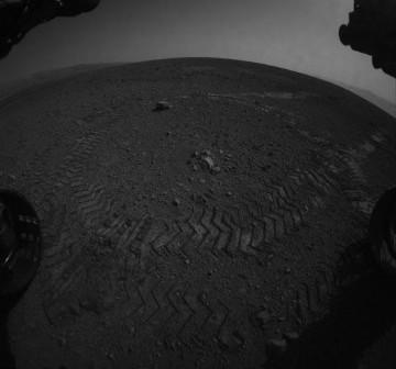 Pierwsze ślady łazika MSL - 22.08.2012 / Credits - NASA, JPL, Caltech