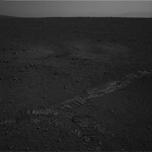 Spojrzenie na ślady kół łazika oraz zaburzony grunt marsjański, powstały w trakcie lądowania MSL / Credits - NASA, JPL, Caltech