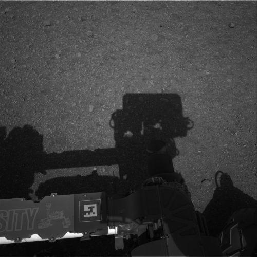 Zdjęcie przedstawiające cień robota na powierzchni Marsa, uzyskane przez jedną z dwóch kamer Navcam umieszczonych po lewej stronie masztu obserwacyjnego (NASA/JPL-Caltech)