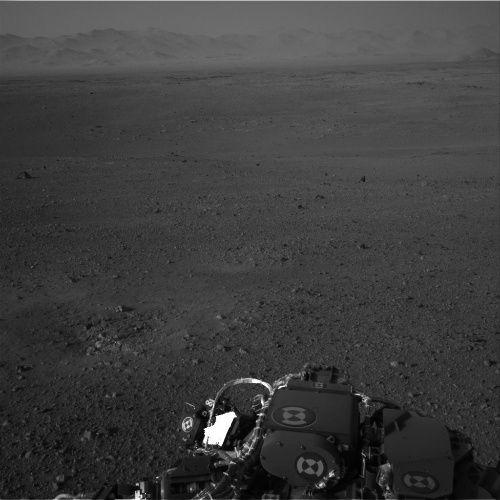 Zdjęcie z kamery Navcam, przedstawiające odległą krawędź krateru Gale (NASA/JPL-Caltech)