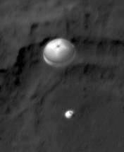 Nieoficjalne zdjęcie rzekomo przedstawiające lądujący łazik MSL (Twitter)
