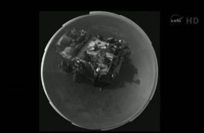 Zdjęcie łazika wykonane z kamery na maszcie obserwacyjnym (szerokokątny obiektyw) (NASA TV, SFN)