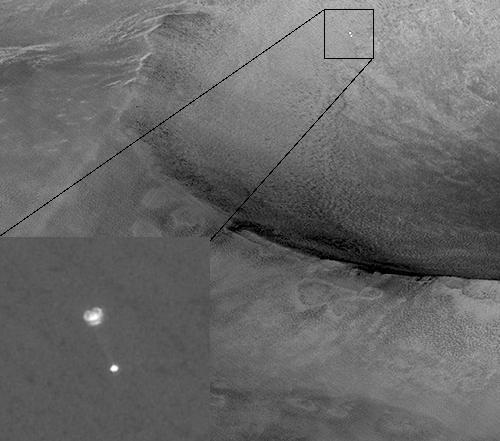 Zdjęcie przedstawiające lądownik Phoenix opadający na spadochronie na powierzchnię Marsa (NASA/JPL/University of Arizona)