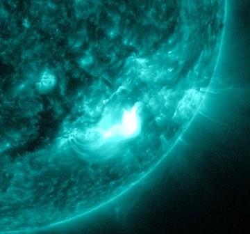 Obszar aktywny 1540 dziesięć minut po fazie maksymalnej rozbłysku z 11 sierpnia 2012 roku / Credits - NASA, SDO