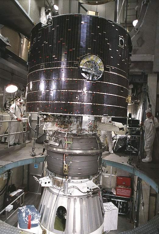 Geotail w trakcie prac instalacyjnych / Credits: NASA