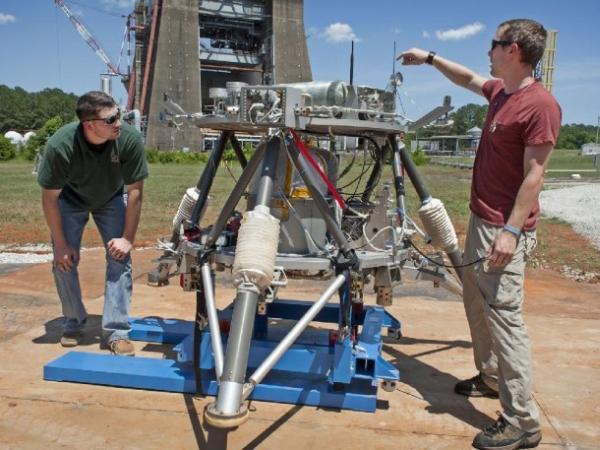 Lądownik Mighty Eagle z jego konstruktorami / Credits: NASA/MSFC/Fred Deaton