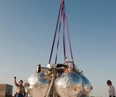 Lądownik projektu Morpheus w czasie przygotowań do testu na uwięzi 3 sierpnia 2012 roku / Credits: NASA/Kim Shiflett