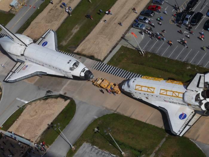 Wahadłowce Endeavour (po lewej) i Atlantis (po prawej) podczas swojego ostatniego spotkania / Credits: NASA