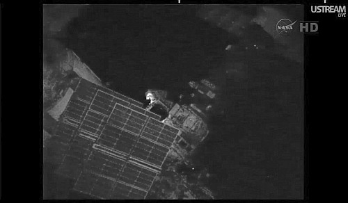 Giennadij Padałka przy punkcie sterowania (operator's post) ramienia Strela 2 (NASA TV)