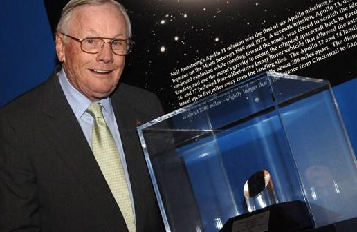 """Armstrong stojący obok Nagrody dla """"Ambasadora Eksploracji"""" w Muzeum Cincinnati/ Credits: NASA"""