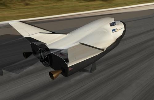 Wizja artystyczna mini promu kosmicznego Dream Chaser lądującego na pasie tradycyjnego lotniska / Credits: SNC