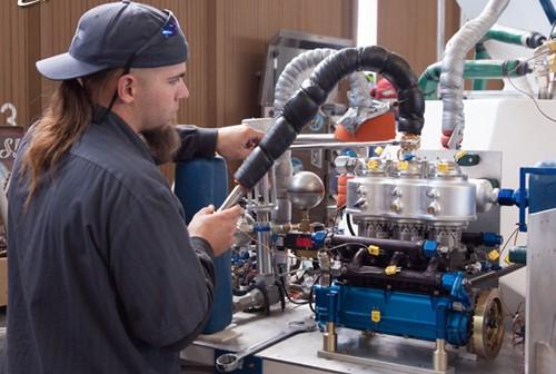 Mechanik w trakcie testów pompy tłokowej na LOX. (Credits: XCOR Aerospace / Mike Massee)