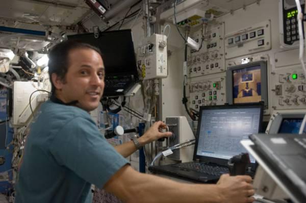 Astronauta NASA Joe Acaba przy pracy z japońskim manipulatorem JEMRMS / Credits: NASA