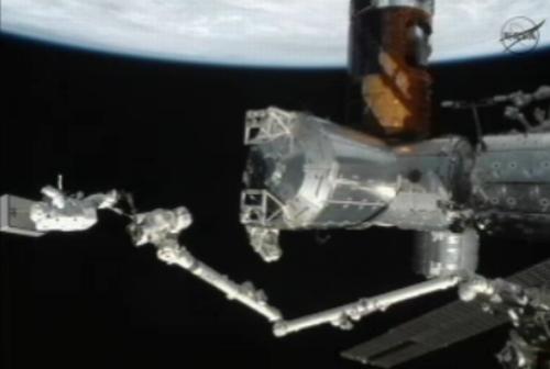 Akihiko Hoshide podczas spaceru EVA-18 (etap transportu jednostki MBSU 1) / Credits: NASA TV