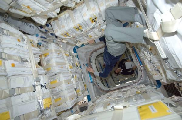Sunita Williams oraz Joe Acaba (w tle) wewnątrz statku transportowego HTV-3 jeszcze przed rozpoczęciem procesu rozładowywania / Credits: NASA