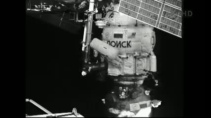 Widok na Jurija Malenczenko przy module Poisk / Credits - NASA TV