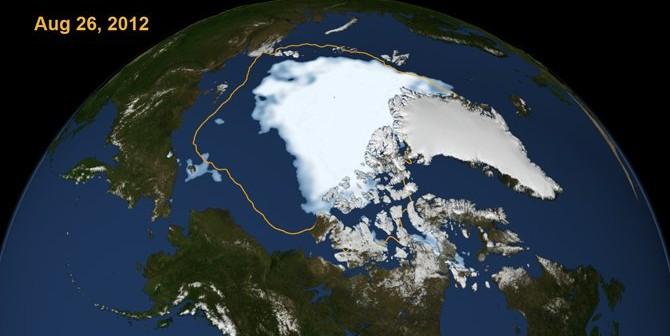 Tegoroczna pokrywa lodowa Arktyki (stan na 26.08.2012) oraz porównanie do średniej dla minimów z lat 1979 - 2010 (pomarańczowa linia) / Credits - Scientific Visualization Studio, NASA Goddard Space Flight Center