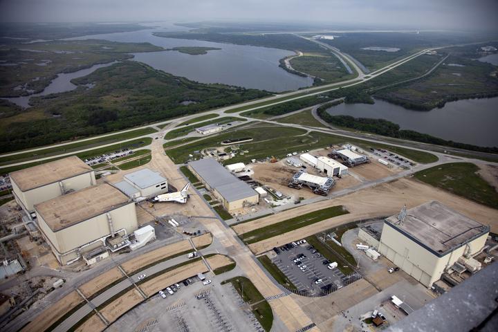 Widok na 3 dawne hangary OPF, przy OPF-1 widać wahadłowiec (źródło: NASA)