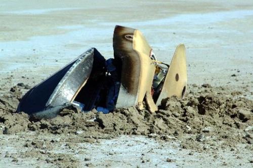 Wypadek przy lądowaniu próbnika sondy Genesis. W trakcie wejścia w atmosferę nie odpalił ładunek wyzwalający spadochron. (Credits: NASA)
