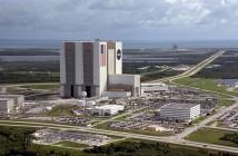 Największy budynek w KSC - VAB, widoczna także droga ku wyrzutniom (źródło: NASA)
