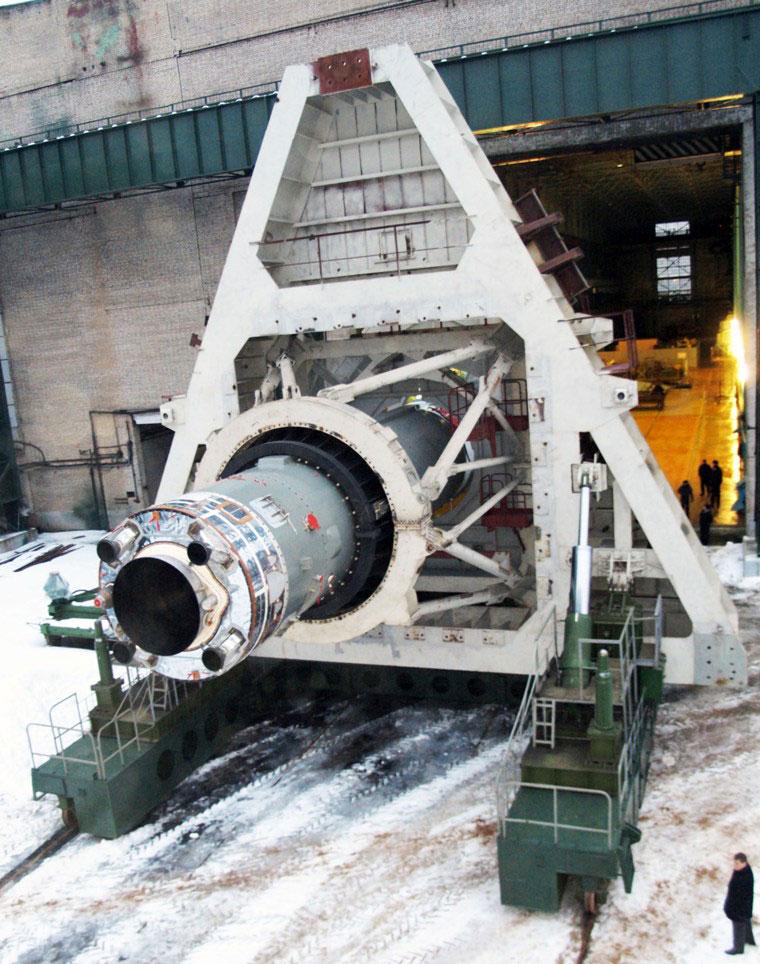 Dolny stopień Sojuza 2.1v podczas wyjazdu na stanowisko testowe (źródło: Roskosmos)