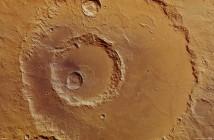 Krater Hadley. Zdjęcie wykonano 9 kwietnia 2012 przez instrument HRSC sondy Mars Express. Rozdzielczość zdjęcia wynosi 19m/piksel. (Credits: ESA/DLR/FU Berlin (G. Neukum))