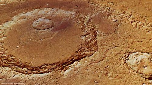 Wygenerowany komputerowo obraz krateru Hadleya w perspektywie. Złożony na podstawie zdjęć pozyskanych przez orbiter Mars Express. Pozwala na ujrzenie różnic wysokości między poszczególnymi częściami krateru i otaczającą go powierzchnią. Rozdzielczość: 19m/piksel. (Credits: ESA/DLR/FU Berlin (G. Neukum))
