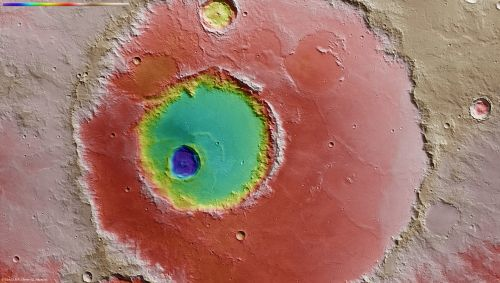 Sztucznie pokolorowane zdjęcie, obrazujące głębokość krateru. Zagłębienie w okolicach centrum ilustracji, mogło kiedyś zawierać wodę, która wymieszała się materiałem wyrzutowym i zaległa przy kraterze. (Credits: ESA/DLR/FU Berlin (G. Neukum))