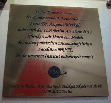 Plakietka dla Kanclerz Niemiec, zamontowana na modelu satelity BRITE-PL. / Credits - K. Kanawka