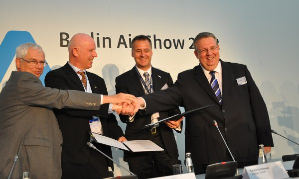 Tuż po podpisaniu umowy na misję DEOS pomiędzy DLR a Astrium / Credits - Jarosław Jaworski