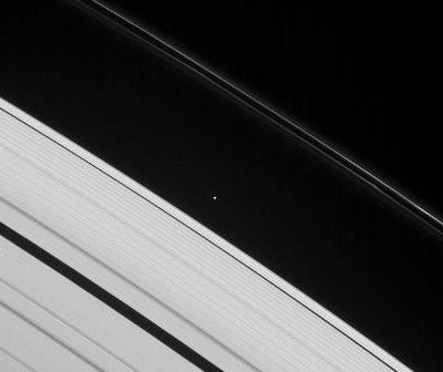 Zewnętrzne pierścienie Saturna z widocznym pierścieniem F / Credits - NASA