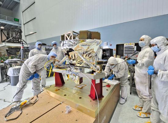 Kontrola instrumentu MIRI po dostarczeniu do ośrodka Goddard / Credits: NASA/Chris Gunn