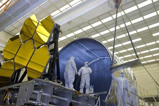 W tym roku zakończone zostały testy zwierciadeł w temperaturach kriogenicznych. Po schłodzeniu do -240 stopni Celsjusza za pomocą lasera oraz czujników mierzono poziom odkształceń zwierciadeł. Lustra były testowane w grupach po 6 sztuk / Credits: NASA