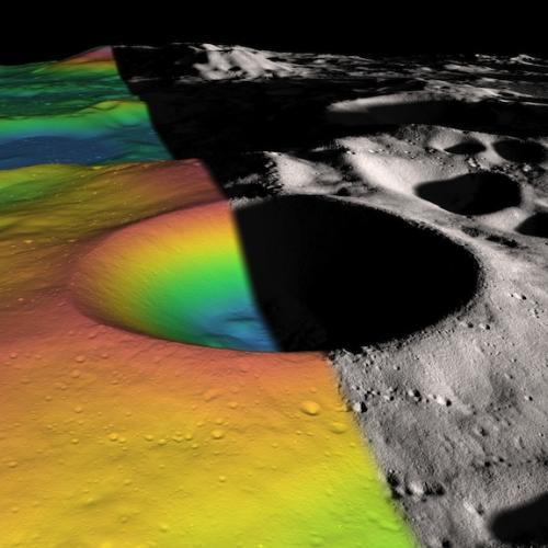 Obraz szerokiego na 21 km, wiecznie zacienionego krateru Shackleton. Wnętrze krateru odtworzone zostało za pomocą danych uzyskanych z instrumentu Lunar Orbiter Laser Altimeter / Credits: NASA/Zuber, M.T. et al., Nature, 2012